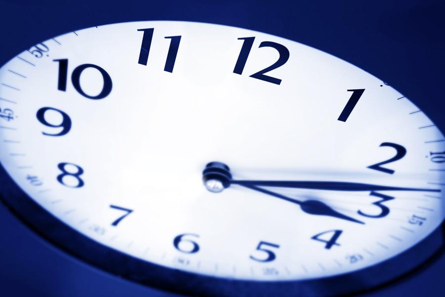 Otrokom starši navijejo uro, če ne ubogajo in gredo prepozno spati. Hmmm, morda pa so to zgodnji znaki visoke stopnje inteligence in ne neubogljivosti.