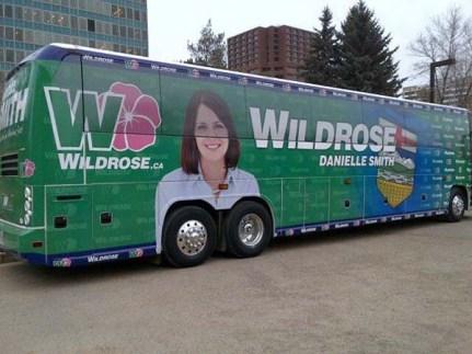 Tale avtobus ima pa res velike.... gume. Ja, gume, kaj pa drugega.