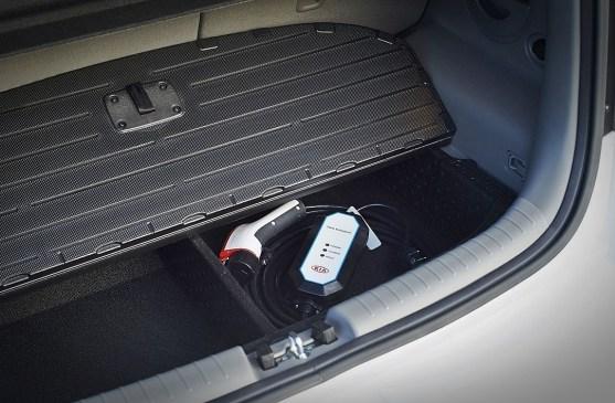 """Prtljažnik je prav tako na moč podoben tistih pri """"klasičnih"""" soulih, saj sta pod dvojnim dnom tudi uporabna predala, le tisti del bližje sedežni klopi, zasedajo baterije, ki se potem razpostirajo še pod zadnjimi sedeži."""