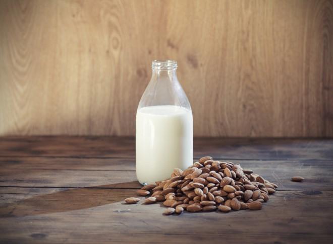Dodajte vroči čokoladi mandljevo, riževo, sojino ali ovseno mleko.