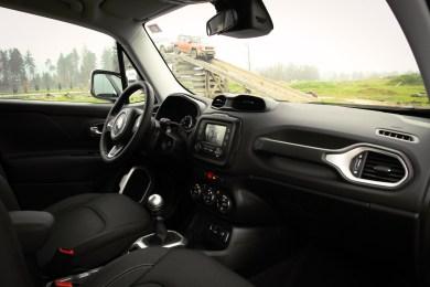 Potniška kabina je značilna za to znamko, voznikov delovni pa praktično identičen tistemu v obeh cherokijih. Glede prostora prav tako ne rabi zardevati, saj bo z njim dobro shajala tudi manjša družinica.
