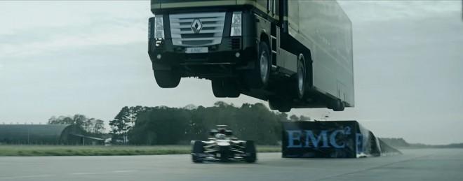 Kaskader Ivanov je imel tokrat za nalogo preskočiti Ryana v F1 dirkalniku in obenem podreti svetovni rekord v najdaljšem skoku s tovornjakom.