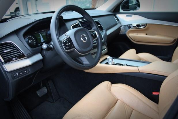 Notranjost je švedsko prečiščena in umirjena, vseeno pa elegantna in prestižna. Posebnost predstavlja ogromen osrednji zaslon, ki je prevzel vlogo praktično vseh stikal in prikazovanja delovanja različnih sklopov vozila.