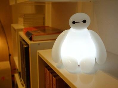 Baymax kot namizna svetilka.