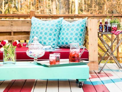 Leseno pohištvo iz palet lahko izdelamo tudi sami, popestrimo pa ga s pisanimi blazinami.