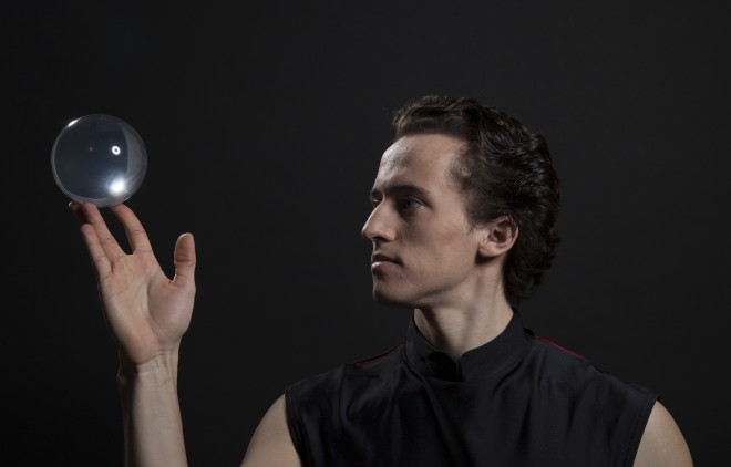 Slavni avstrijski žongler Albert Tröbinger bo predstavil svoje magične trike.