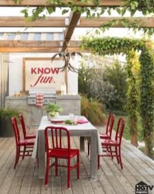 Zelo enostavno si lahko na vrtu ustvarimo jedilni prostor za vrtno zabavo s prijatelji.