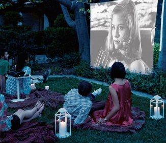 S pomočjo stare rjuhe in projektorja si lahko sami ustvarimo svoj poletni filmski festival pod zvezdami.