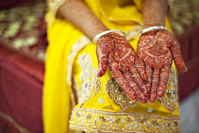 Indijskim in pakistanskim nevestam sorodnice ali prijateljice pred poroko z rastlinsko barvo heno poslikajo roke in stopala z estatičnimi vzorci, ki slišijo na ime menhdi. Nastajajo več ur (gre za družabni dogodek, saj medtem dekleta veselo kremljajo) in trajajo več tednov.