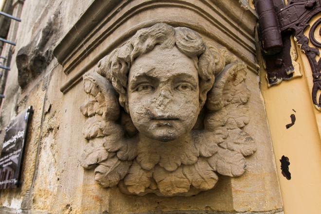 Nekdo mu je odgriznil nos. tam nekje v 13. stoletju.