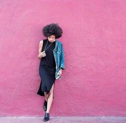 19. Črna midi obleka, jeans jakna in črni škornji