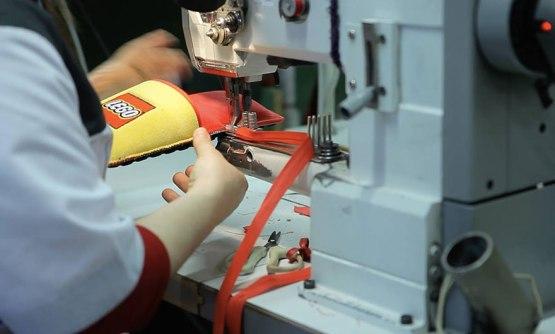 Anti-LEGO copati v značilnih rumeno-rdečih barvah