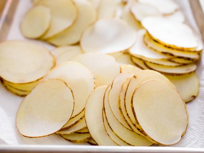 Krompir olupite (če je mladi, ni potrebe) in nato narežite na tenke rezine.