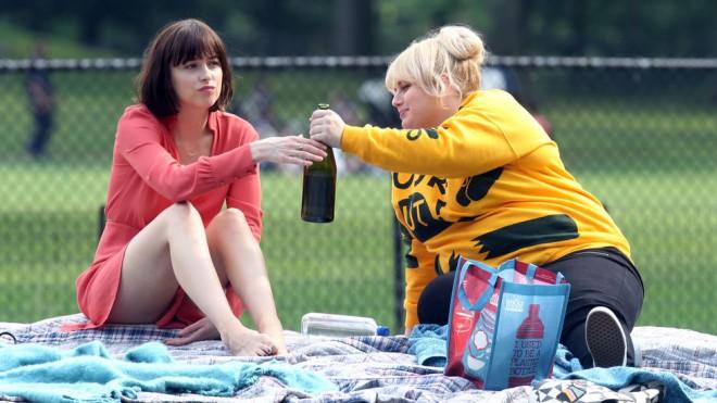 Dakota Johnson in Rebel Wilson v filmu Razgibano življenje samskih.