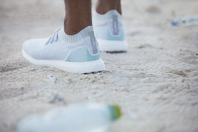 Superge Adidas UltraBOOST Uncaged x Parley so izdelane iz predelane plastike najdene v oceanih.