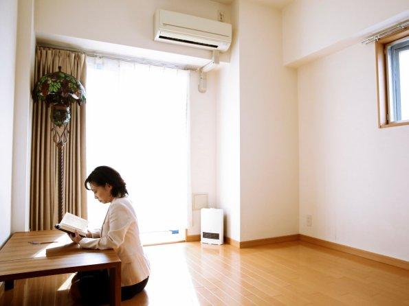 Ekstremno minimalistični domovi Japoncev: včasih pa tudi nimajo stola.