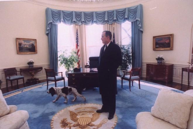 Ovalna pisarna v času predsednikovanja Georga H. W. Busha.