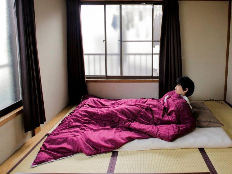 Ekstremno minimalistični domovi Japoncev: nekateri Japonci nimajo postelj.