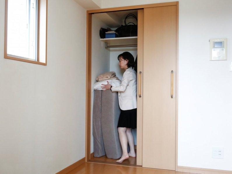 Ekstremno minimalistični domovi Japoncev: minimalistka Saeko Kušibiki pospravlja svojo žimnico.