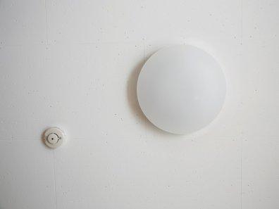 Ekstremno minimalistični domovi Japoncev: stropna luč je preprosta okrogla svetlika.