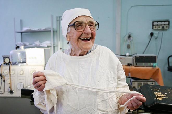 89-letnica dnevno še vedno opravi štiri operacije.