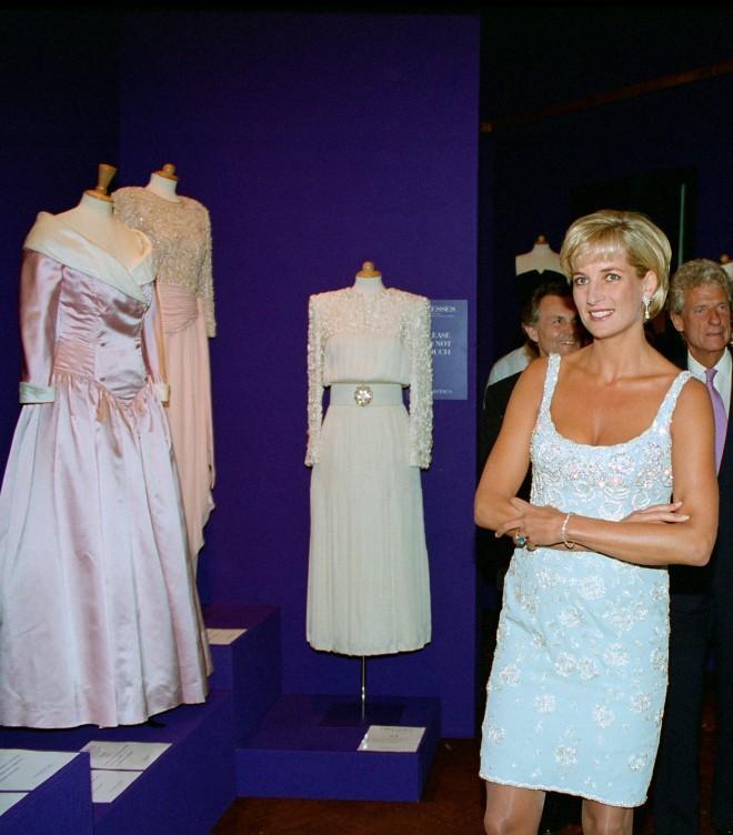 Na dražbo je dala kar 79 svojih oblek in zbrala 5,67 milijonov ameriških dolarjev za dobrodelne organizacije, ki se borijo proti AIDS-u in raku.