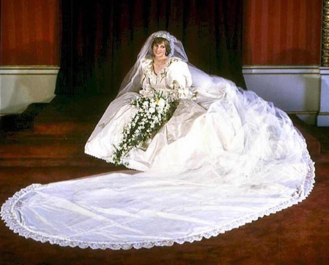 Težka, skoraj 8 metrov dolga vlečka na njeni poročni obleki, je bila najdaljša v vsej kraljevi zgodovini.