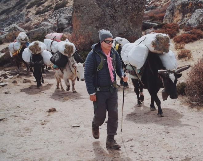 Paul Oakenfeld na poti na Everest.
