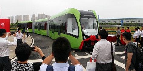 ART: kitajski vlak brez voznika, ki vozi po belih črtah na cesti