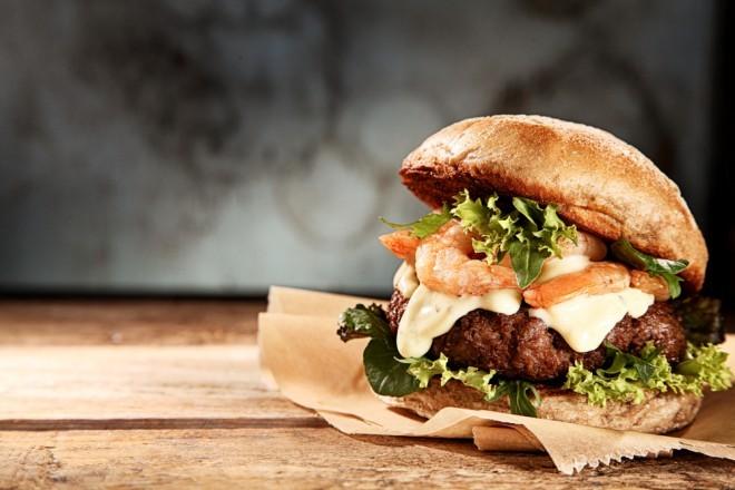 Privoščite si okusen burger in bodite dobrodelni.