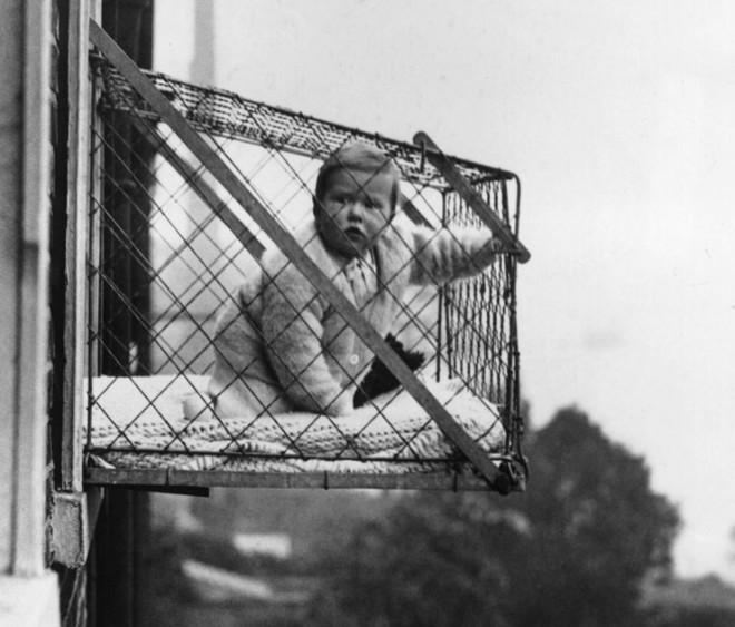 Žične kletke, kamor so namestili otroka, so pritrdili na zunanja okna.