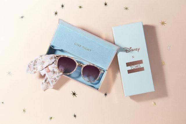 Disney x TOMS sončna očala in škatla za shranjevanje.
