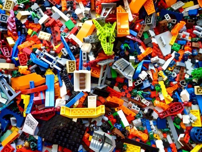 Lego kocke že od nastanka vzpodbujajo domišljijo otrok in odraslih po svetu.