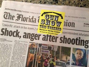 Reklama za šov pištol, spodaj pa prispevek, ki govori o morilskem pokolu.