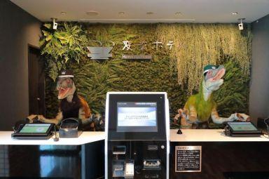 V tem hotelu so dinozavri na recepciji.