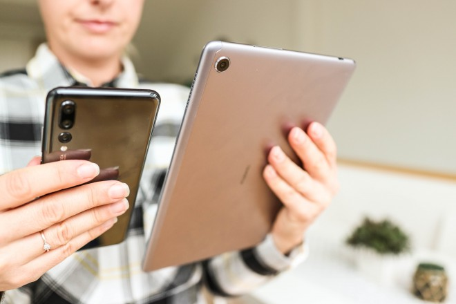 Primerjava velikosti:  pametni telefon Huawei P20 Pro in tablica Huawei MediaPad M5 Lite.