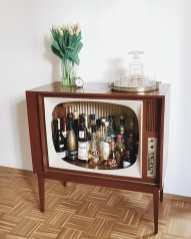 Stara televizija kot omara za pijačo