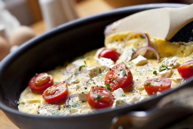 Omleta s pestom in kozjim sirom