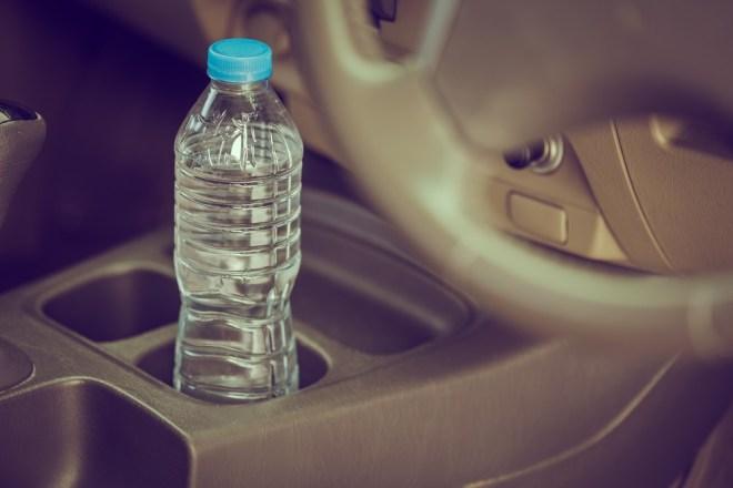 Plastenke z vodo v vročih dneh nikar ne puščajte v avtomobilu!
