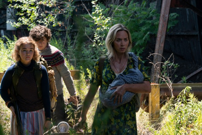 Regan (Millicent Simmonds), Marcus (Noah Jupe) in Evelyn (Emily Blunt) v Tiho mesto 2 (A Quiet Place Part II).