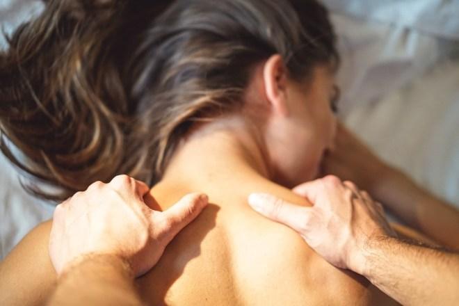 Najprej zmasirajte zatilje in ramena.