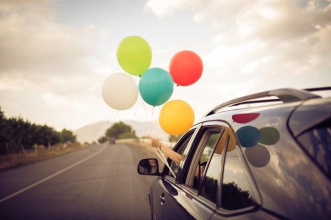 Iz avta spustite balone in zapojte vse najboljše (seveda vse na socialni distanci).