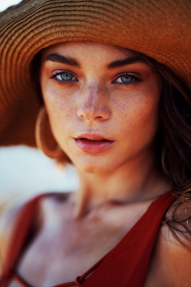 Lepa ženska pokaže svoj pravi obraz.