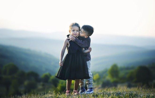 Iskreni objem ogreje dušo, neguje naše srce, telo preplavi pozitivna energija in toplina.