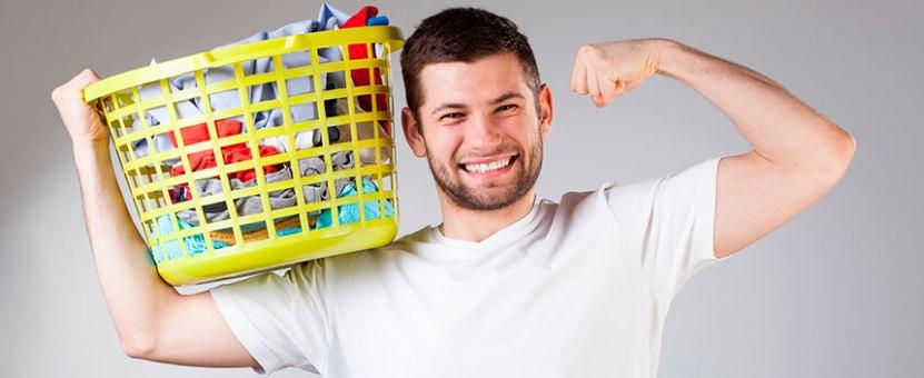 mannen bidrar til husarbeidet