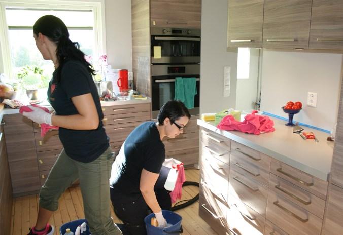 Servicemedarbeidere vasker kjøkken