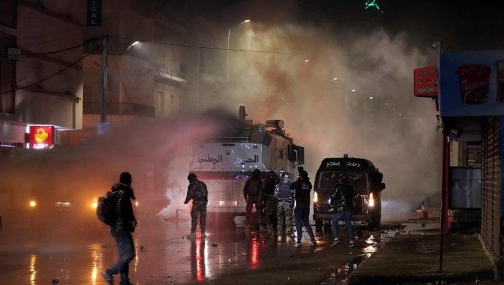 tunisia,-quarta-notte-di-scontri-in-varie-citta-del-paese:-piu-di-630-fermati