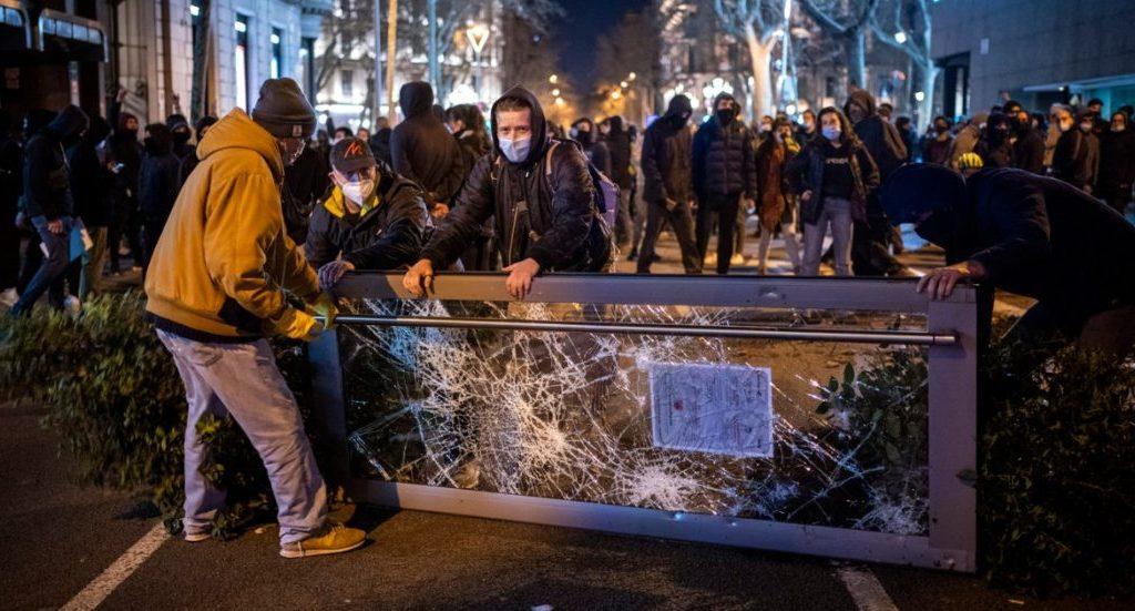 """barcellona,-6-italiani-arrestati-durante-le-proteste-per-l'arresto-di-hasel:-""""legati-a-movimenti-anarchici"""""""