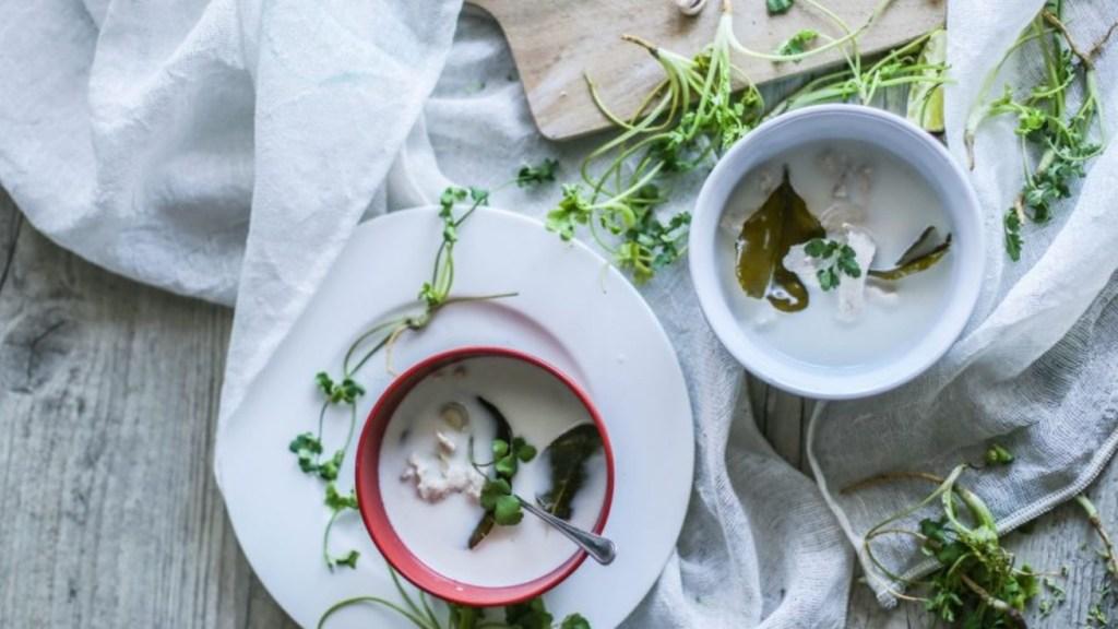 zuppa-thai-con-pollo-e-latte-di-cocco