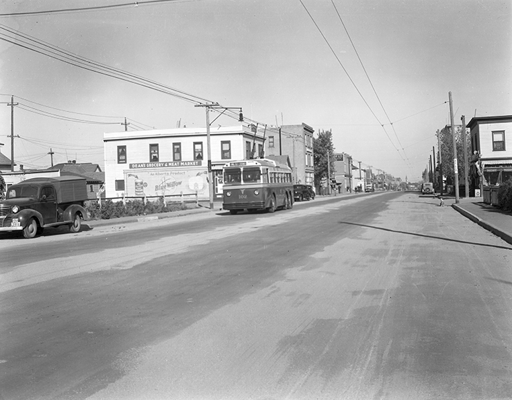 AEC Bus 102, 95th Street and 107thA Avenue, circa 1939. Photo courtesy of City of Edmonton Archives.